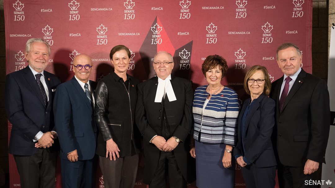 Les sénateurs Peter Harder et René Cormier, la sénatrice Lucie Moncion, le président du Sénat George J. Furey, les sénatrices Claudette Tardif et Judith Seidman et le sénateur Serge Joyal.