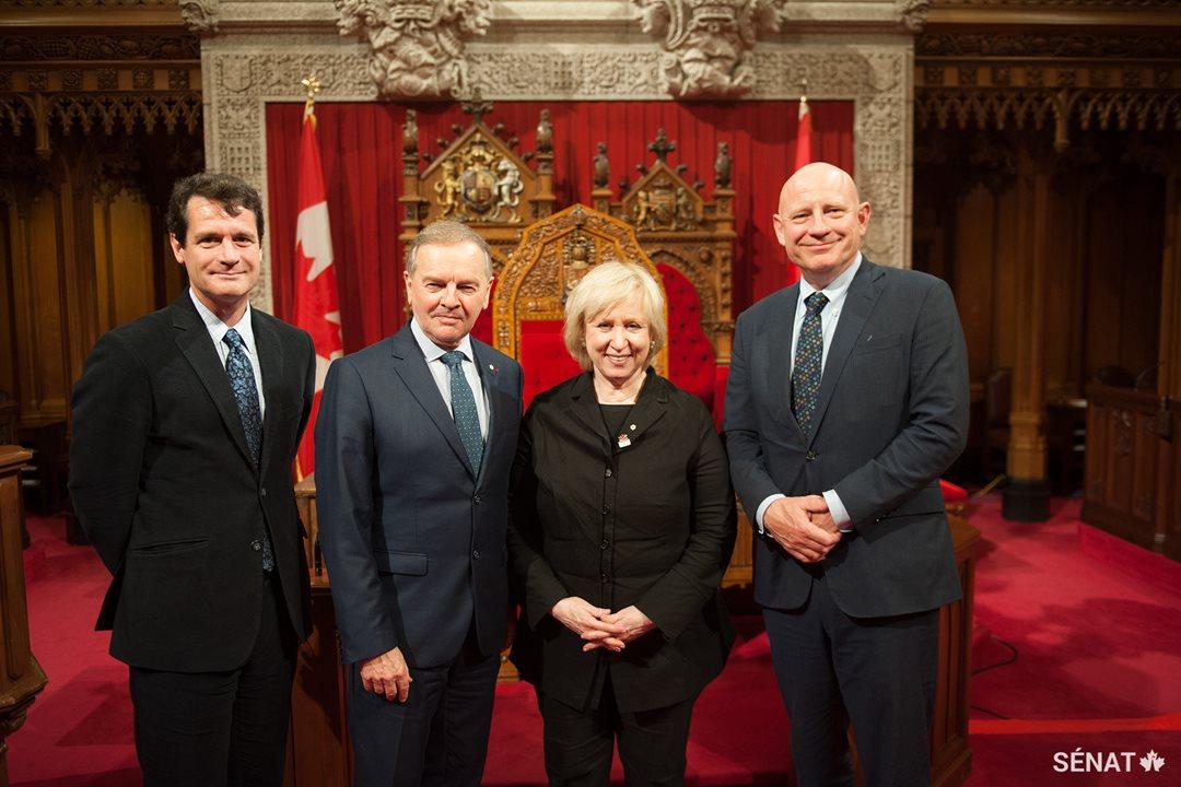 Mark D. Walters, titulaire de la chaire F.R. Scott en droit public et constitutionnel de l'Université McGill, le sénateur Serge Joyal, la très honorable Kim Campbell, ancienne première ministre du Canada, David Docherty, président de l'Université Mount Royal.