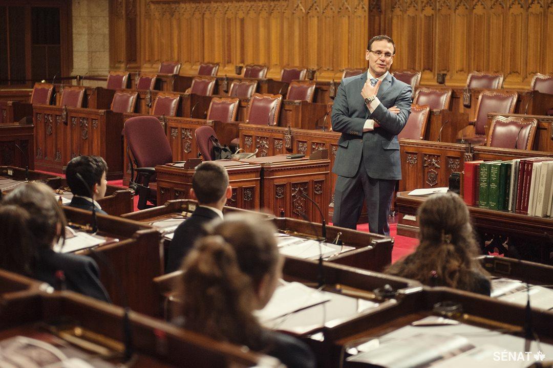 Le sénateur Leo Housakos souhaite la bienvenue aux élèves et leur explique une partie du travail qui se fait au Sénat.