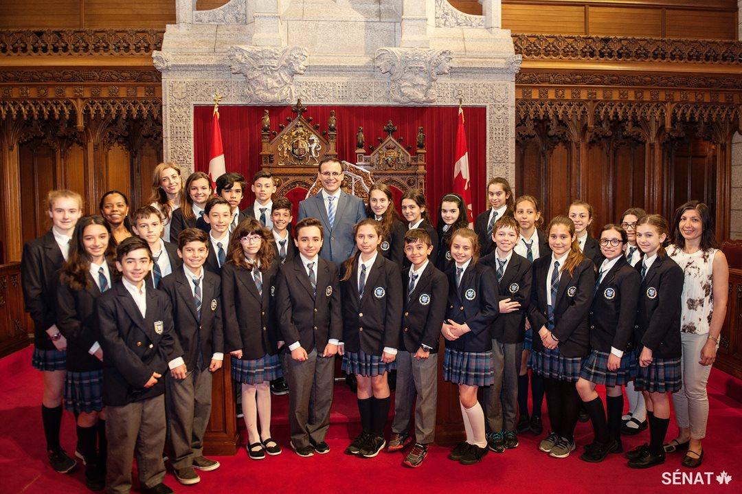 Les élèves de l'école Socrates-Démosthènes posent en compagnie du sénateur Housakos dans la chambre du Sénat.