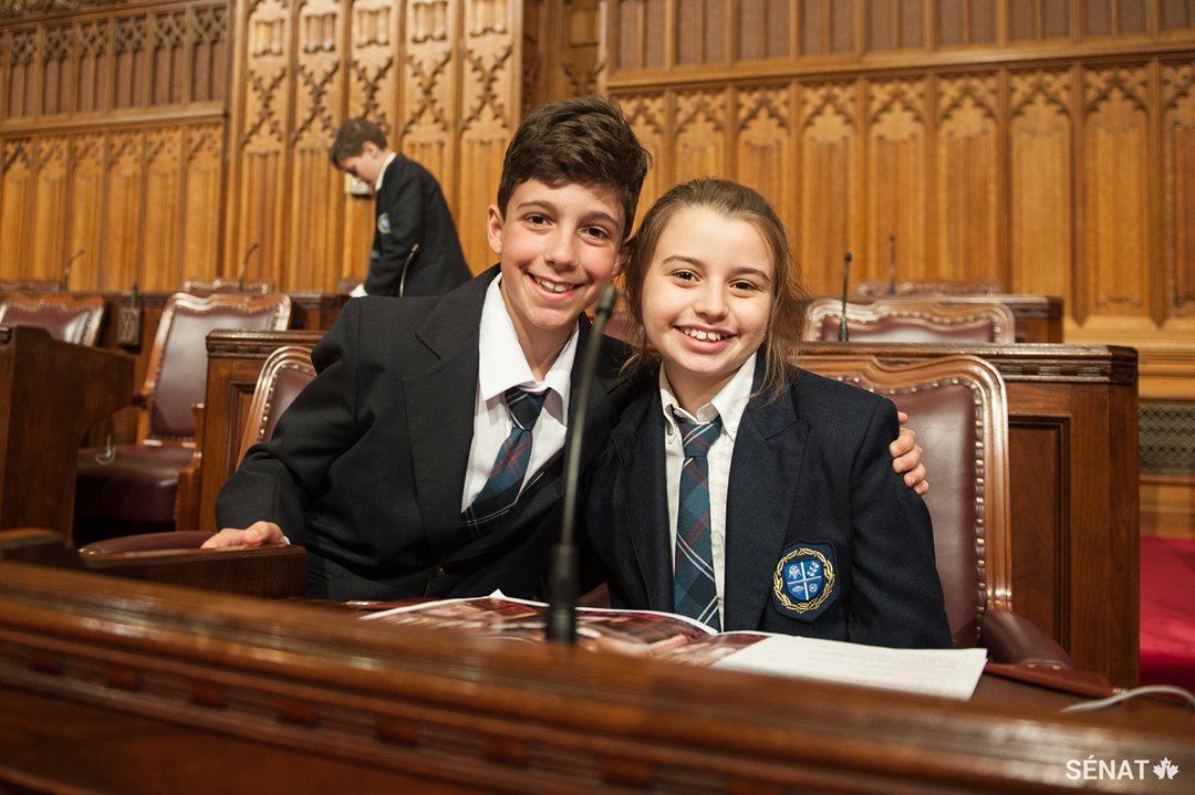 Deux élèves qui ont participé à l'activité au Sénat.
