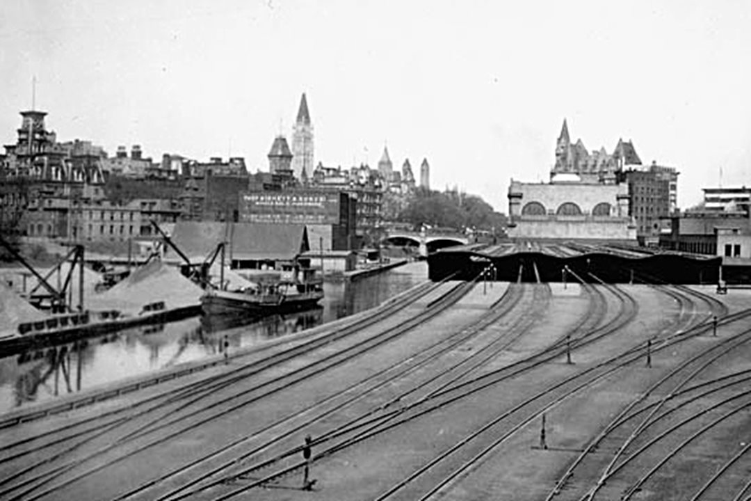 A similar view in the 1920s shows the expanded rail sheds behind the new station as well as the recently completed Peace Tower in the background. (Library and Archives Canada)