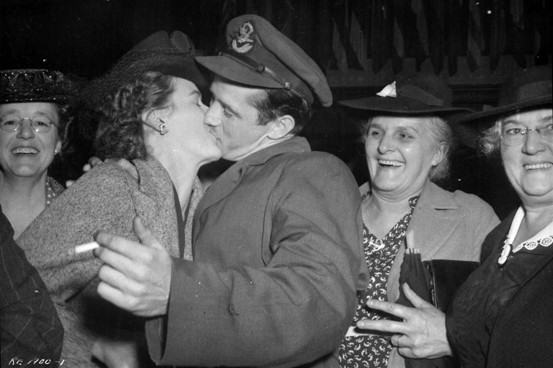 A Royal Canadian Air Force officer returning from the Second World War receives a warm welcome in Union Station in 1944. (Library and Archives Canada)