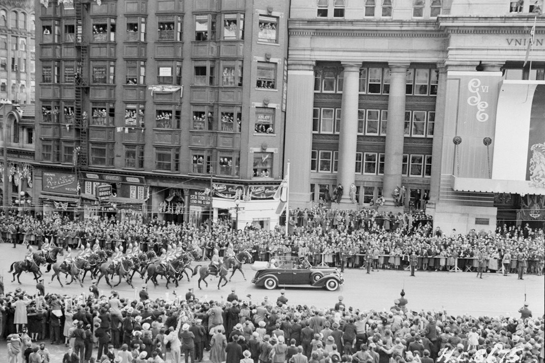 King George VI and Queen Elizabeth, the Queen Mother, pass Ottawa's Union Station during their 1939 visit to the capital. (Library and Archives Canada)