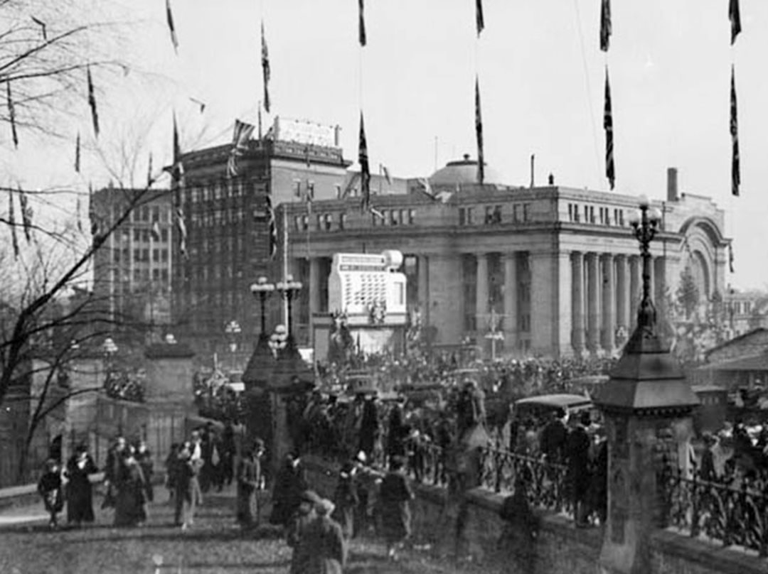 A massive victory parade passes Grand Trunk Central Station on the way to Parliament Hill on November 11, 1918 after the German surrender. (Library and Archives Canada)