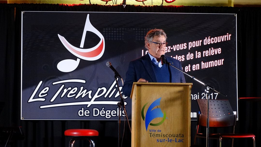 Senator Forest speaks at the Festival le Tremplin de Dégelis, a festival supporting young singers and comedians, in the Témiscouata region in 2017.