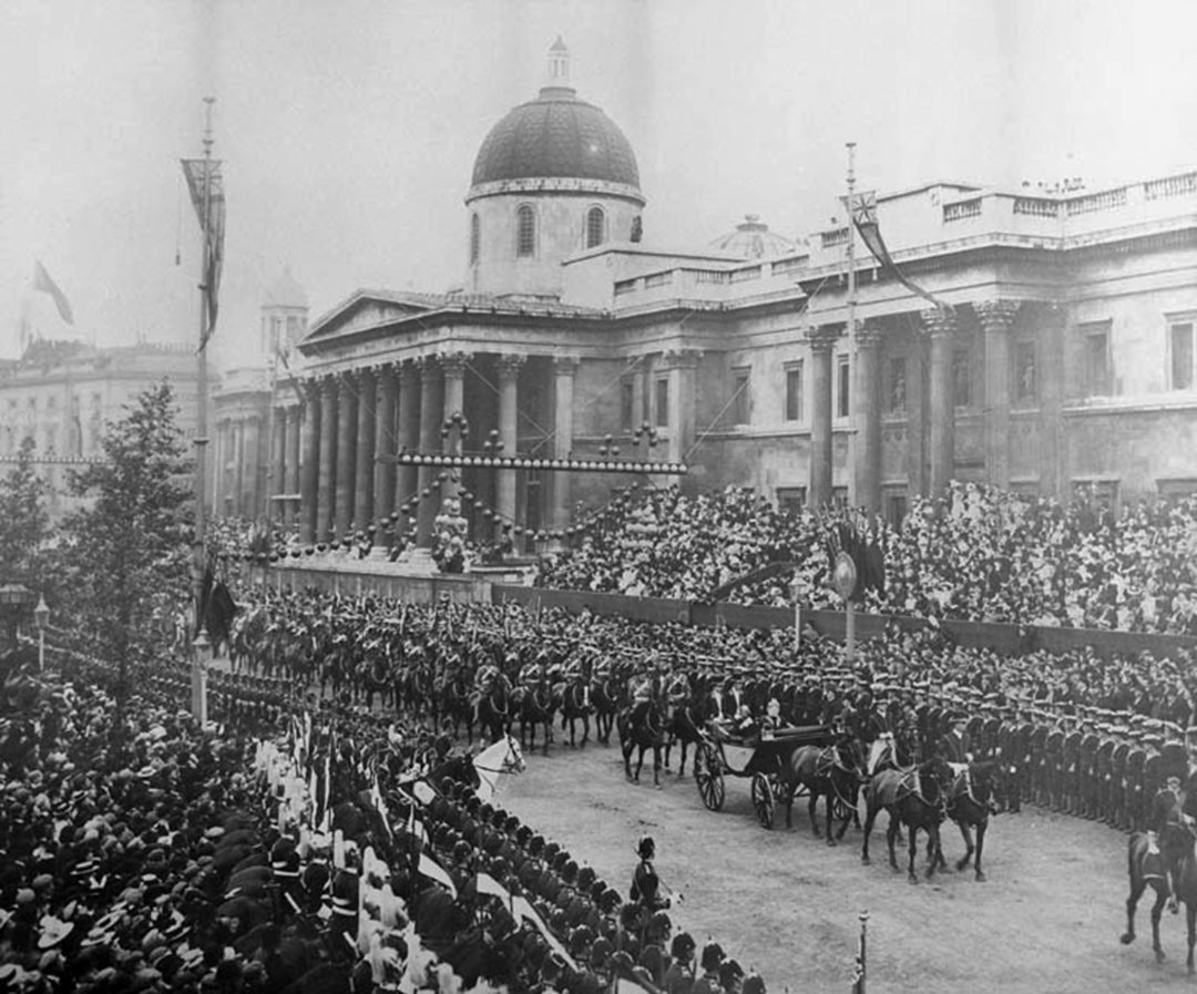 Former prime minister Sir Wilfrid Laurier rides past London's National Gallery during Queen Victoria's 1897 Diamond Jubilee procession. (Library and Archives Canada)