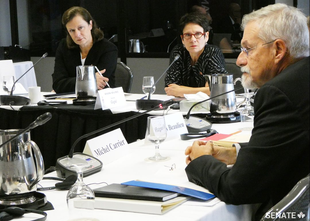 Senator Lucie Moncion and Senator Raymonde Gagné, members of the Committee on Official Languages, listen to the testimony of Michel Carrier, Interim Official Languages Commissioner for New Brunswick, at public hearings in Moncton on October 26, 2018.