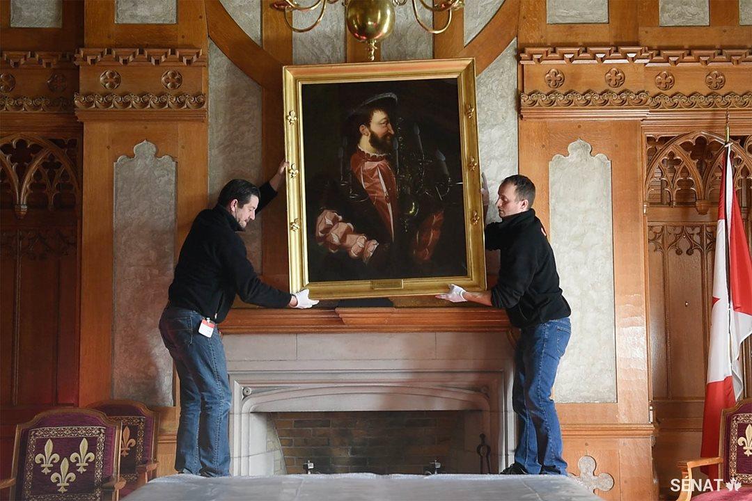 En novembre, des spécialistes de l'entreprise Art Zone Fine Art Services d'Ottawa, qui travaillent pour la Commission de la capitale nationale, ont décroché des œuvres d'art du Salon de la Francophonie, dont ce portrait du roi François 1er.