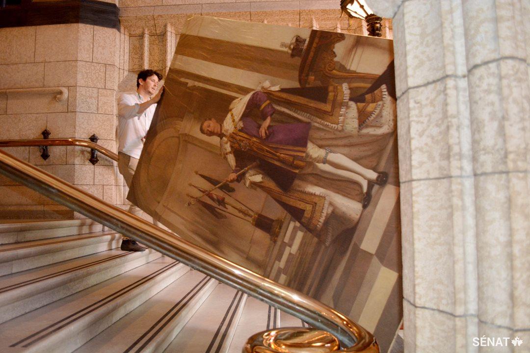 En octobre, des restaurateurs d'art de l'entreprise Legris Conservation ont retiré plusieurs portraits royaux du foyer du Sénat, y compris celui du roi George VI, que l'on voit ici.