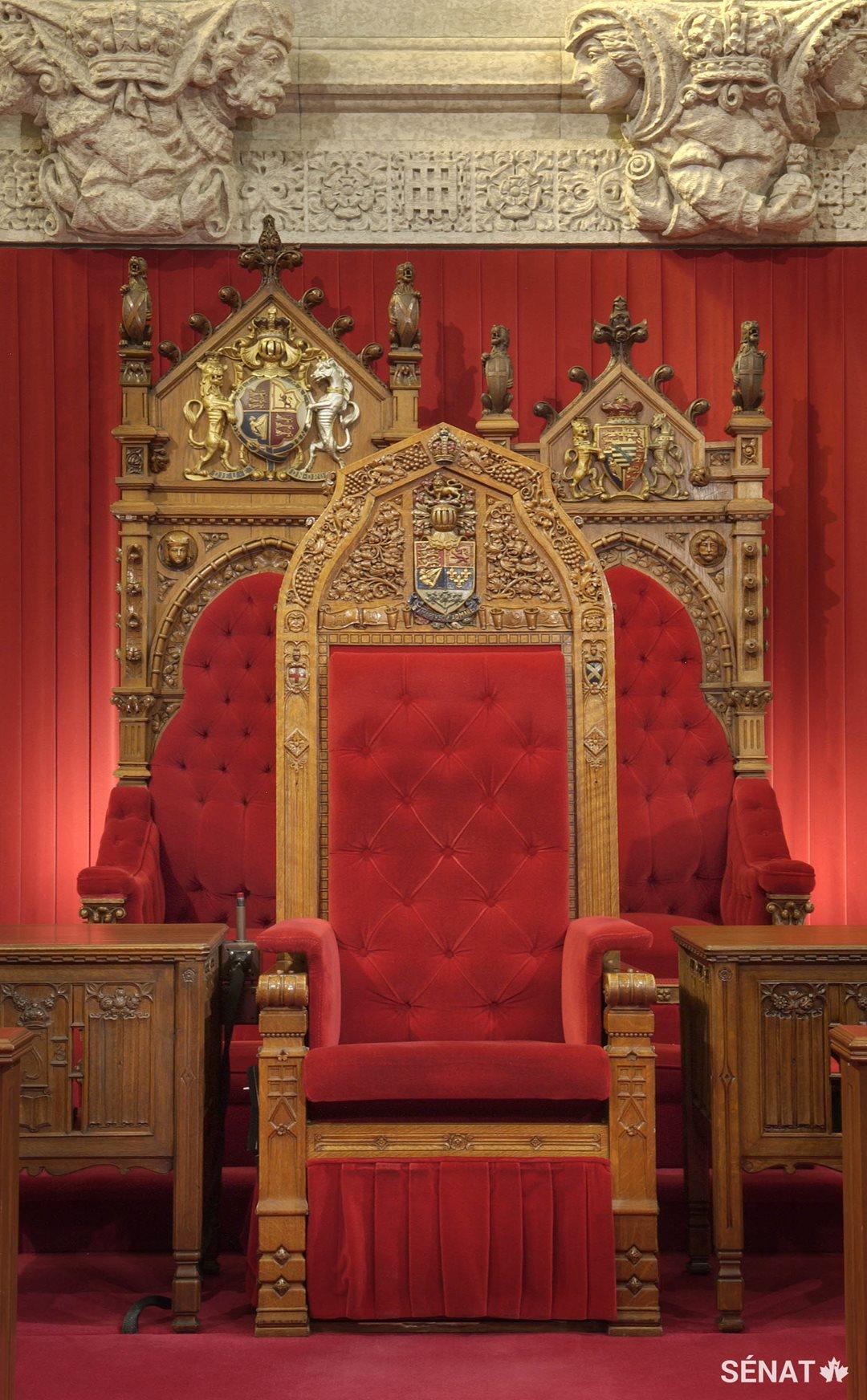 Les trônes du monarque et de son conjoint, sculptés en 1878, comptent parmi les rares objets du Sénat sauvés de l'incendie qui a rasé l'édifice du Centre en 1916. Le fauteuil du Président du Sénat, à l'avant, a été sculpté en 1923. Les trois ont été entreposés. Entre-temps, des versions moins ouvragées, qui ont été fabriquées spécialement pour la nouvelle Chambre du Sénat, seront utilisées.
